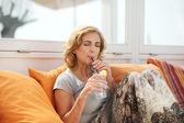 привлекательная женщина, свежий напиток — Стоковое фото