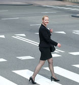 Business woman crossing the street in the city — Stock Photo