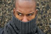 Черный мужской моды модель с Серый шарф, охватывающих лицо — Стоковое фото