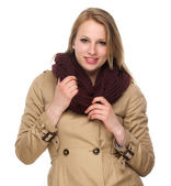 Portrét šťastné mladé ženy s zimní kabát a šátek — Stock fotografie