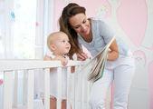 Madre e bambino, leggendo insieme — Foto Stock