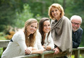 Rodzina szczęśliwy uśmiechający się razem na zewnątrz — Zdjęcie stockowe