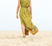 Portrait of a woman walking barefoot at the beach — Stock Photo