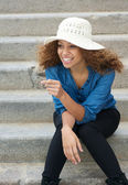 Jovem despreocupada rindo ao ar livre — Foto Stock