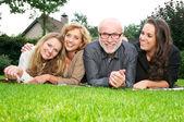 Ritratto di una famiglia felice e sorridente insieme all'aperto — Foto Stock