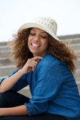 年轻漂亮的女人笑在户外用帽子 — 图库照片