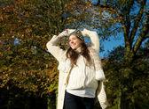 陽気な女性の美しい秋の日に屋外笑みを浮かべて — ストック写真