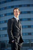 Atractivo joven empresario sonriendo al aire libre — Foto de Stock