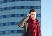 Jeune homme parle sur téléphone portable à l'extérieur — Photo