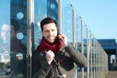 Człowiek rozmowy na telefon komórkowy na zewnątrz — Zdjęcie stockowe