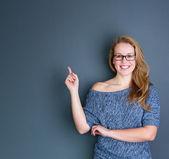 Dedo apontando jovem a sorrir — Foto Stock