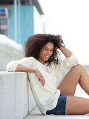 Young woman smiling and relaxing outdoors — Stock fotografie