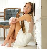 красивая молодая женщина, отдыхаете дома — Стоковое фото