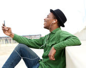 Young man listening to music on cellphone — Foto Stock
