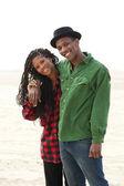 Feliz hermano y hermana sonriendo al aire libre — Foto de Stock