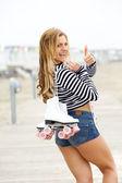 Frau roller skater lächelnd mit daumen — Stockfoto