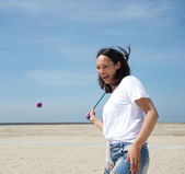 Woman playing tennis at the beach — Stock fotografie