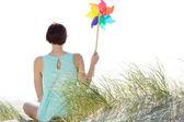 Rüzgar fırıldak tutan kadın — Stok fotoğraf