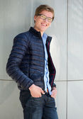 かわいい若い男眼鏡に笑みを浮かべて — ストック写真