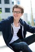 Cool mladý muž s brýlemi, s úsměvem — Stock fotografie