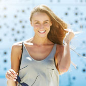 Cheerful young woman smiling outside — Foto Stock