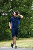 Genç adam açık havada yürüyüş — Stok fotoğraf