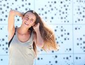 年轻女子假扮双手插在头发 — 图库照片
