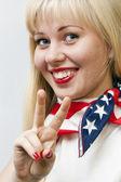 Hezká dívka ukazuje znak vítězství — Stock fotografie