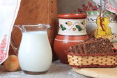 Кувшин с деревенским молоком и хлеб. jug of milk and a rustic bread — Stock Photo
