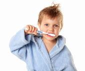 Niño cepillándose los dientes — Foto de Stock
