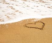 Herz am strand. — Stockfoto