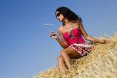 Stylowa dziewczyna w zbożu — Zdjęcie stockowe
