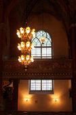 吊灯和教会中的窗口 — 图库照片