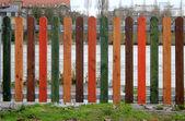 Färglagt staket på strand — Stockfoto