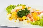 Ensalada de huevo con palitos de cangrejo — Foto de Stock