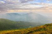 Sabah sis dağların üst kapakları — Stok fotoğraf