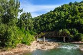Oude metalen brug bij de rivier vork — Stockfoto