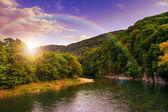 Sonbahar dağ orman nehir akar tarafından kayalık sahil yakınındaki — Stok fotoğraf