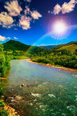 Vilda berg flod på en klar sommardag — Stockfoto
