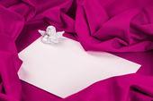 紫色の布の天使の愛カード — ストック写真