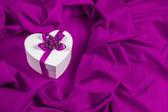 Vyznání lásky se srdcem na fialové látky — Stock fotografie