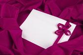 älska kort med band på en lila tyg — Stockfoto
