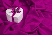 紫色の布の心と愛カード — ストック写真