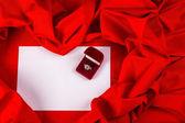 карты любви с бриллиантом на красной ткани — Стоковое фото