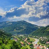 向山区森林河附近的村庄 — 图库照片