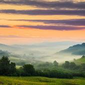 Studená mlha na horké svítání v horách — Stock fotografie
