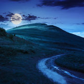 Mountain path uphill to the sky at night — Stockfoto