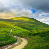 Mountain path uphill to the sky — Stock Photo