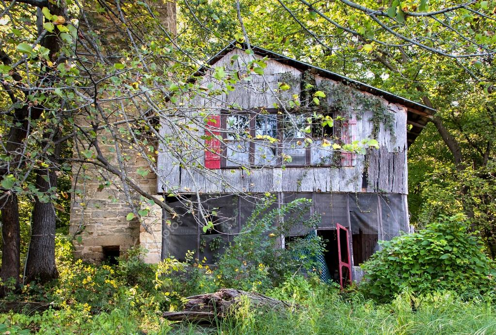 A dilapidated house sits abandoned on the banks of the St. Croix River — Stock Photo #12648345