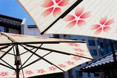 Ombrelli contro lo skyline di tokyo poco — Foto Stock
